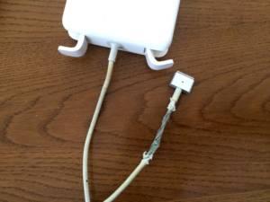Macの破れた電源ケーブル